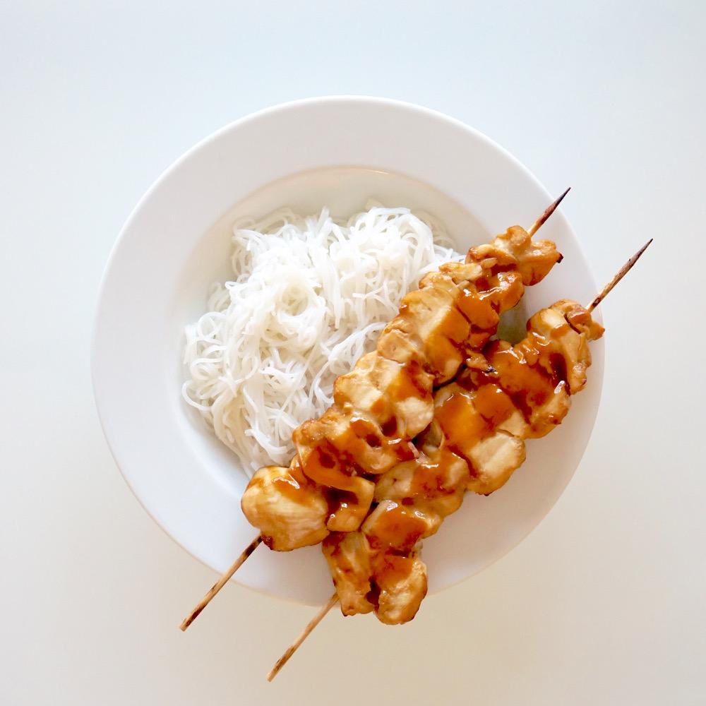 Brochettes de poulet Yakitori, tagliatelles de riz