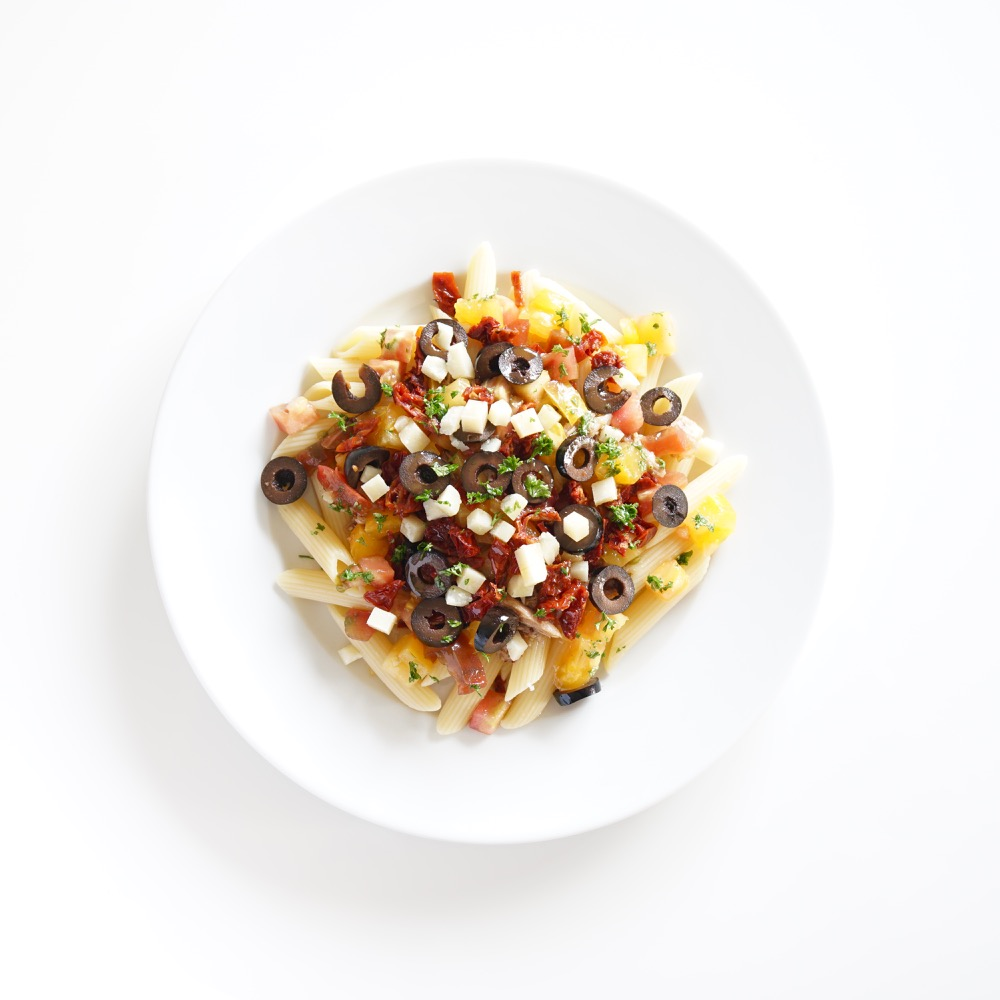 Salade de penne, thon, olives tomate et parmesan