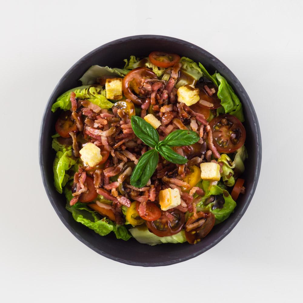 Salade verte, tomates et lardons